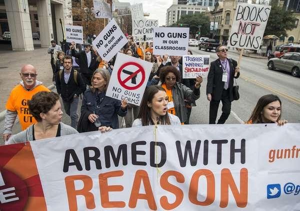 Estudiantes latinos marchan contra ley de portación de armas en universidad de Texas.