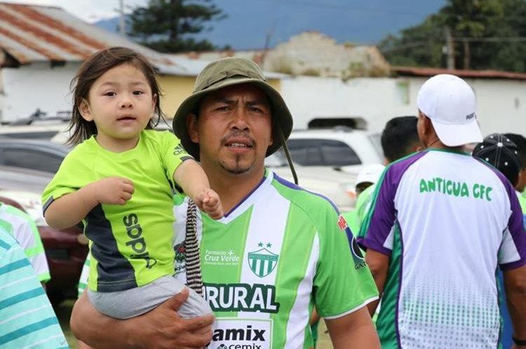 Los antigüeños asisten en familia para apoyar a su equipo.