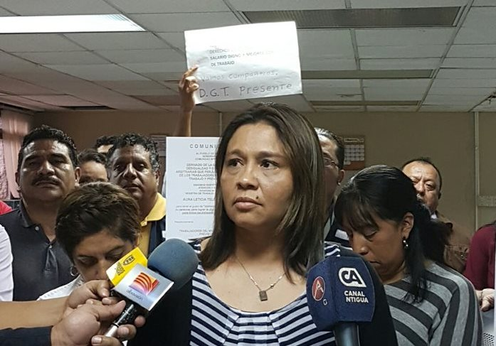 Eugenia Reyes, trabajadora del Mintrab, solicita que las peticiones sean atendidas por la ministra Teleguario. (Foto Prensa Libre: Sandra Vi)