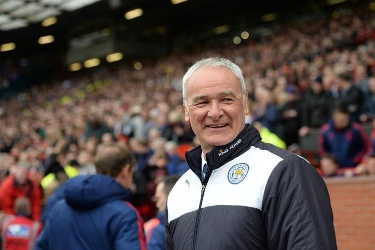 EL técnico italiano del Leicester, Claudio Ranieri, pasó a la historia al conseguir el primer título del equipo inglés. (Foto Prensa Libre:AFP)