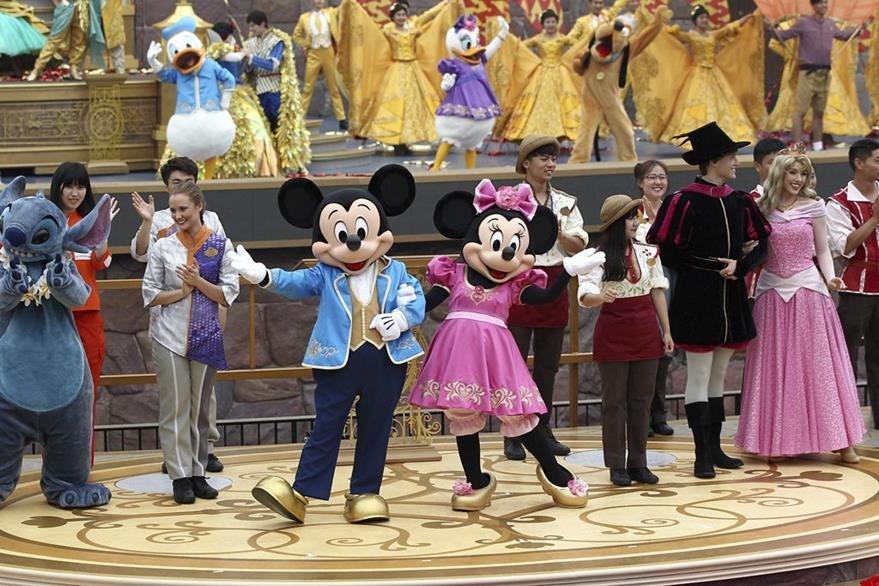 Las tradicionales figuras de Disney resaltaron durante la inauguración. (Foto Prensa Libre: EFE)
