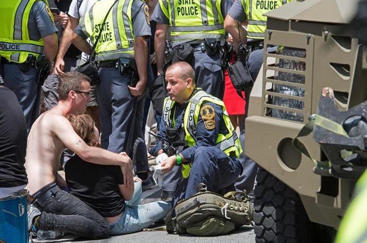 Agentes hablan con atropellados en Charlottesville, Virginia. (Foto Prensa Libre: AFP)