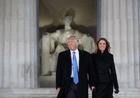 Donald Trump, (i) acompañado desu esposa Melania Trump llegan al Lincoln Memorial. (AP).