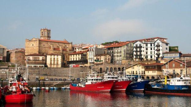 Getaria es un pueblo pescador medieval en el País Vasco donde se habla el euskera. ALAMY