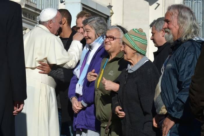 El papa Francisco es reconocido por acercarse a los más necesitados. En la fotografía saluda a unos indigentes en El Vaticano. (Foto: Sipse.com).