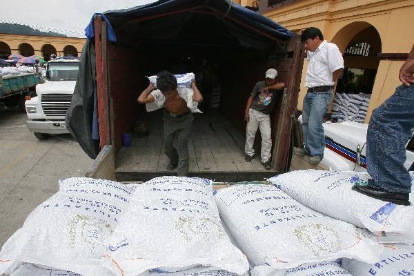 <p>En todo el país se repartirán 1.7 millones de quintales de fertilizantes. (Foto Prensa Libre: Archivo).</p>