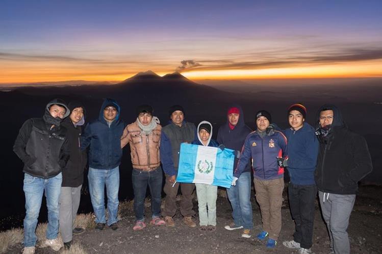 Grupo de jóvenes originarios de Santiago Atitlán, Sololá, en la cima del volcán Atitlán (Foto Prensa Libre: Ángel Julajuj).