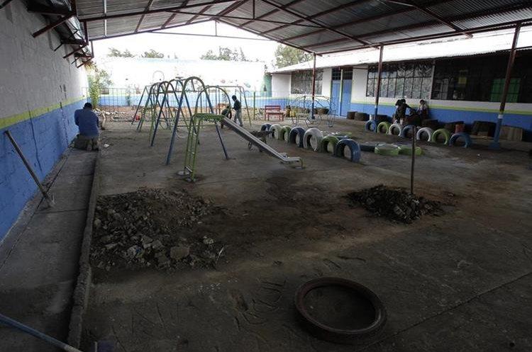 El piso de la cancha está en malas condiciones. (Foto Prensa Libre: Paulo Raquec)