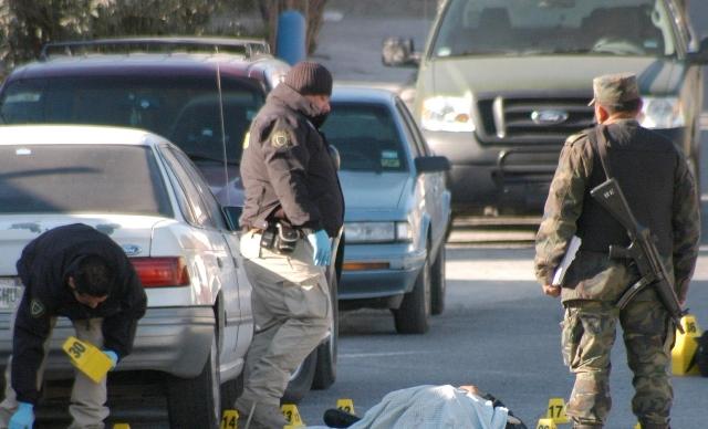(Imagen de referencia). Oficiales del Ejército resguardan la escena de un crimen en México. (Foto Prensa Libre: Hemeroteca PL).