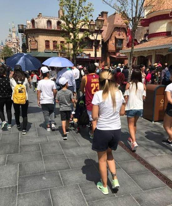 Carlos Tevez no jugó por estar lesionado y a los aficionados del Shenhua les molestó que el argentino se fuera de paseo a Disney. (Foto Prensa Libre: Twitter).
