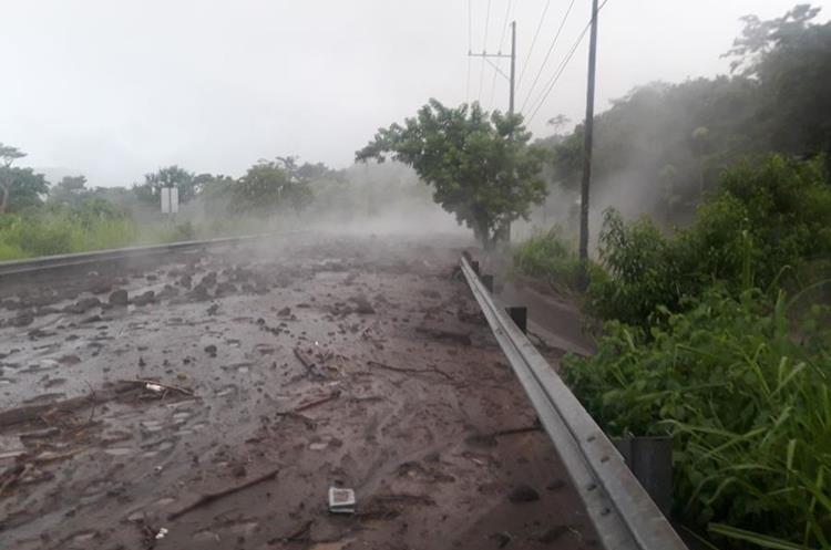 La ruta nacional 14 nuevamente fue alcanzada por el flujo que bajó del Volcán de Fuego.