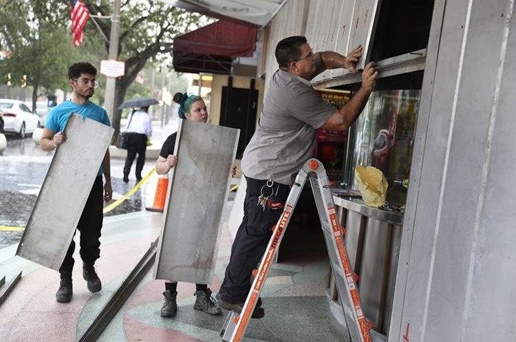 Ciudadanos de Miami protegen sus viviendas ante la llegada del huracán Irma.(AFP).