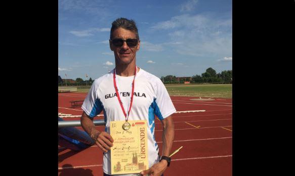 Ángel Díaz muestra con orgullo su medalla y diploma luego de imponer un récord mundial. (Foto Prensa Libre: Twitter COG)