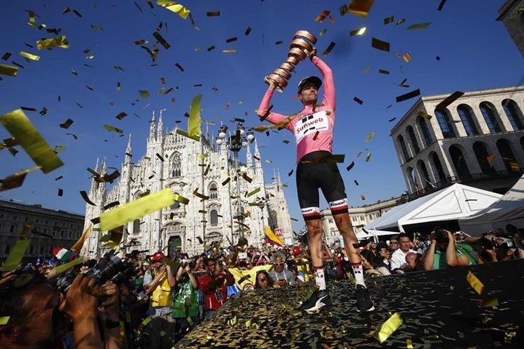 Tom Dumoulin festejó así su victoria en Italia. (Foto Prensa Libre: AFP)