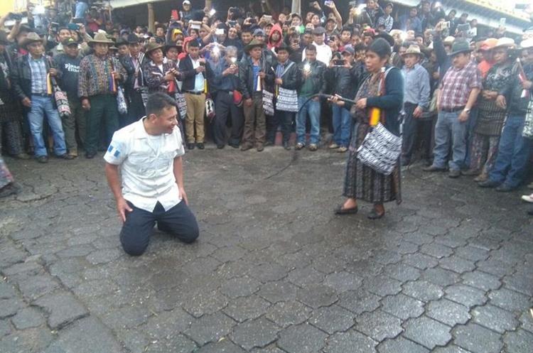 Líderes indígenas señalaron a los tres policías de exigir Q50 mil a pobladores. (Foto Prensa Libre: Ángel Julajuj)