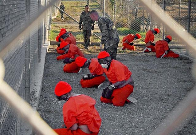 Detenidos en una de las celdas en Guantánamo, Cuba en 2012. (Foto Prensa Libre: AP)