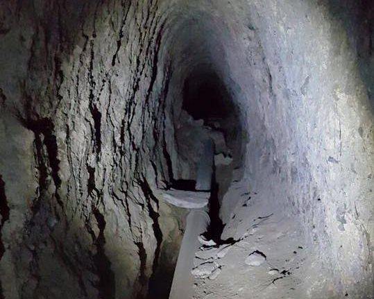 En la imagen se ve la profundidad de la cueva que fue encontrada bajo el asfalto. (Foto Prensa Libre: Neto Bran)