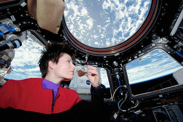 La astronauta Cristoforetti bebe café expreso en órbita. (Foto Prensa Libre: AP).
