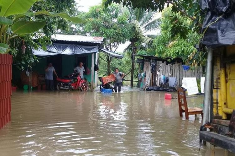 Decenas de familias del barrio Tikal, En San Benito, Petén, son afectadas por inundaciones. (Foto Prensa Libre: Rigoberto Escobar)
