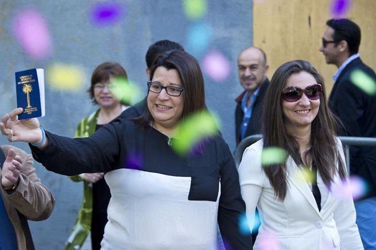 Roxana Ortiz (blanco) besa a su pareja Virginia Gomez tras celebrar su matrimonio. (Foto Prensa Libre: AFP).