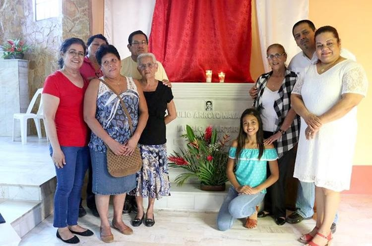 Familiares del laico Obdulio Navarro frente a la tumba donde se encuentran sus restos, en la Parroquia del Sagrado Corazón de Jesús, Quirigua, Los Amates, Izabal.(Foto Prensa Libre: Dony Stewart)