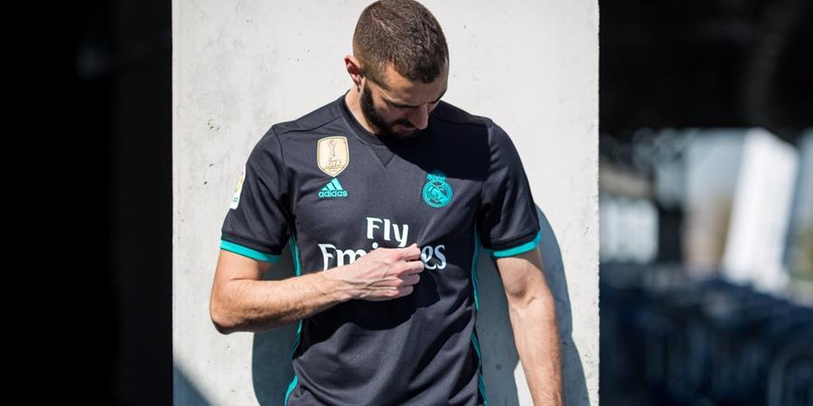 Karim Benzema muestra la segunda equipación del campeón de La Liga. (Foto Prensa Libre: Twitter Real Madrid)