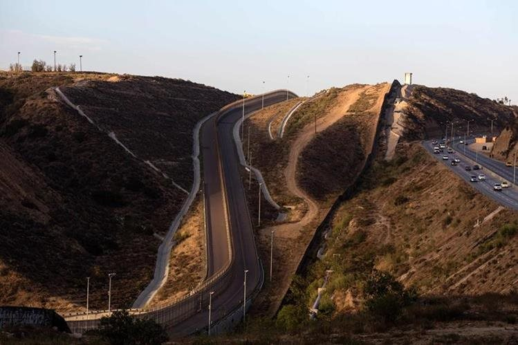 Vista del muro fronterizo que divide Tijuana (México) con San Diego (EE. UU.). (Foto Prensa Libre: AFP).