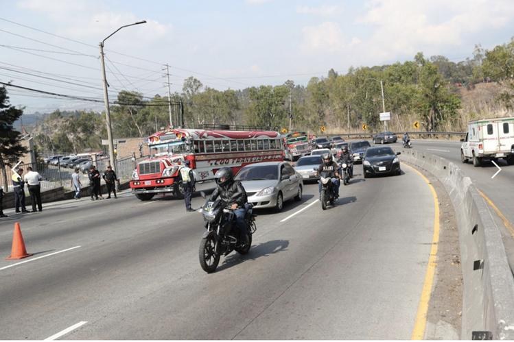 El bus de los transportes Transuama atacado el martes último en la ruta al Pacífico.(Foto Prensa Libre: Erick Ávila)
