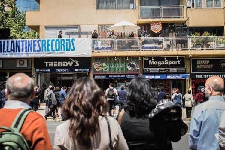 Músicos chilenos sorprenden con un concierto al aire libre. (Foto Prensa Libre: Tomada de twitter.com/BallantinesCL)