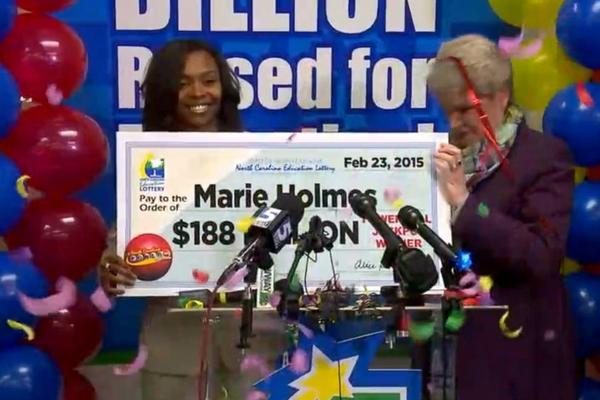 Marie Holmes recibe el premio ganado. (Foto Prensa Libre: WTVD)