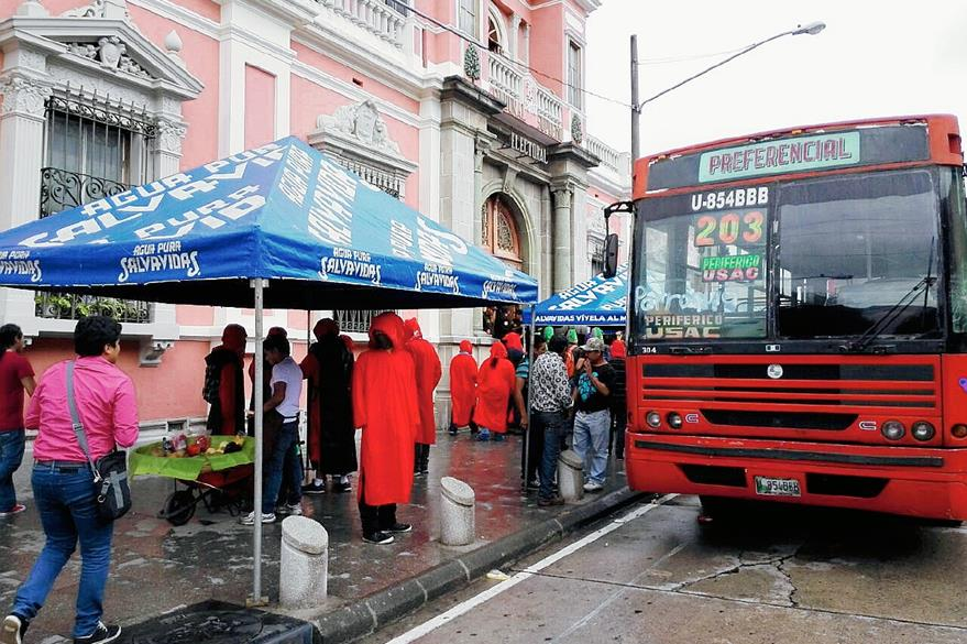 A bordo de dos autobuses llegó el grupo de unos 50 Sancarlistas, quienes piden cambios de campaña electoral. (Foto Prensa Libre: Edwin Bercian)