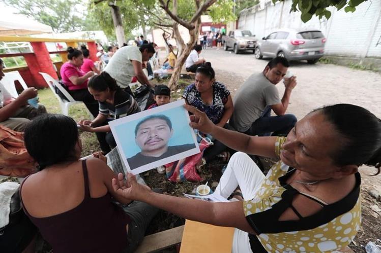 En las afueras de la Escuela Normal Intercultural de Escuintla se instaló una unidad del Inacif. (Foto Prensa Libre: Ana Lucía Ibarra).