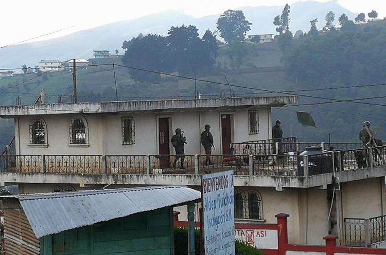 Algunas casas se han convertido en bases para el Ejército.