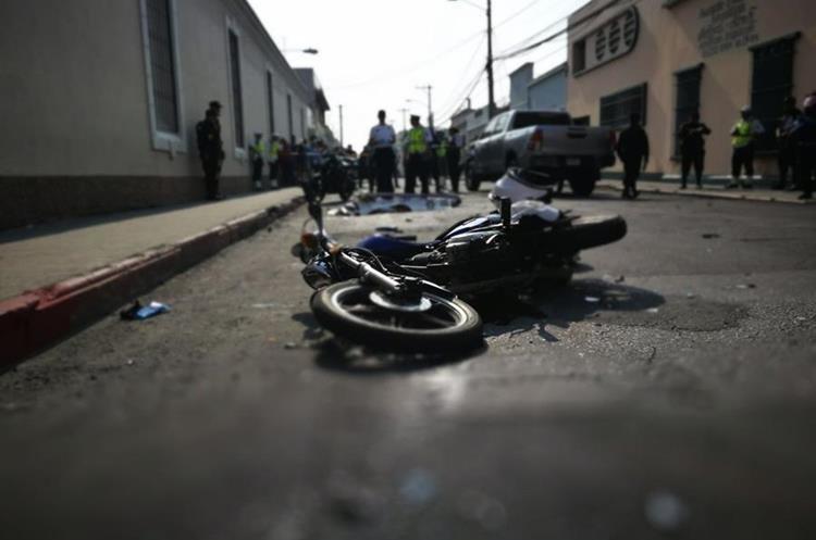 Motocicleta en la que se transportaban los policías municipales. Foto Prensa Libre: Érick Ávila.