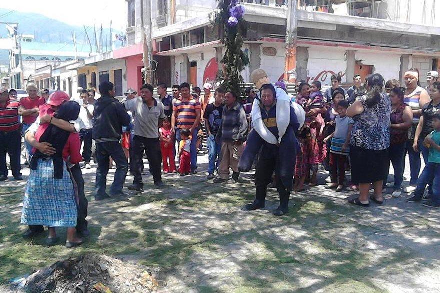 Se cuentan 125 años de la tradicional quema de Judas en el barrio Asunción, Tecpán Guatemala, Chimaltenango. (Foto Prensa Libre: José Rosales)