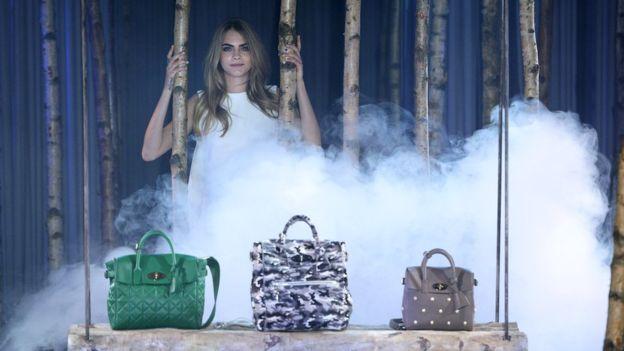La modelo Cara Delevingne ha promocionado la marca británica Mulberry. GETTY IMAGES