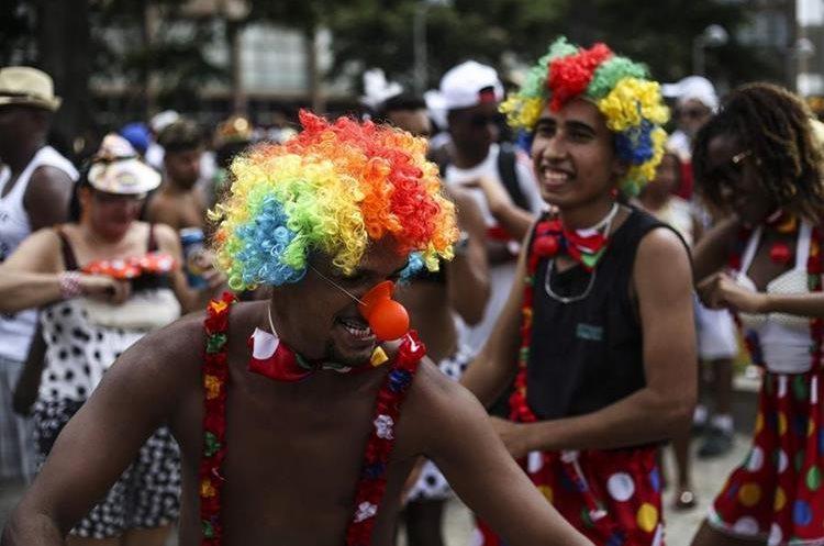 """BRA08 RIO DE JANEIRO (BRASIL), 06/02/2016.- Millares de personas participan en la comparsa """"Cordão do Bola Preta"""", una de las más grandes de mundo se presentan hoy, sábado 6 de febrero de 2016, en el primer día de carnaval en Río de Janeiro (Brasil). Río de Janeiro pasó la noche en vela, de fiesta, y muchos cariocas y turistas madrugaron hoy para dedicarse en cuerpo y alma a la juerga de los """"blocos"""", las bandas callejeras que dan vida al carnaval. EFE/ Antonio Lacerda."""