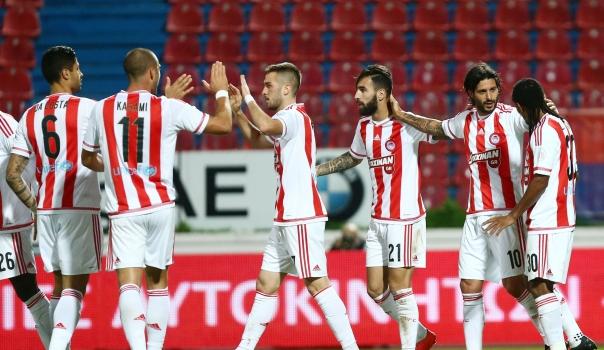 Los jugadores del Olympiacos celebraron su victoria númeor 16 de forma consecutiva en la liga griega. (Foto Prensa Libre: www.olympiacos.org)