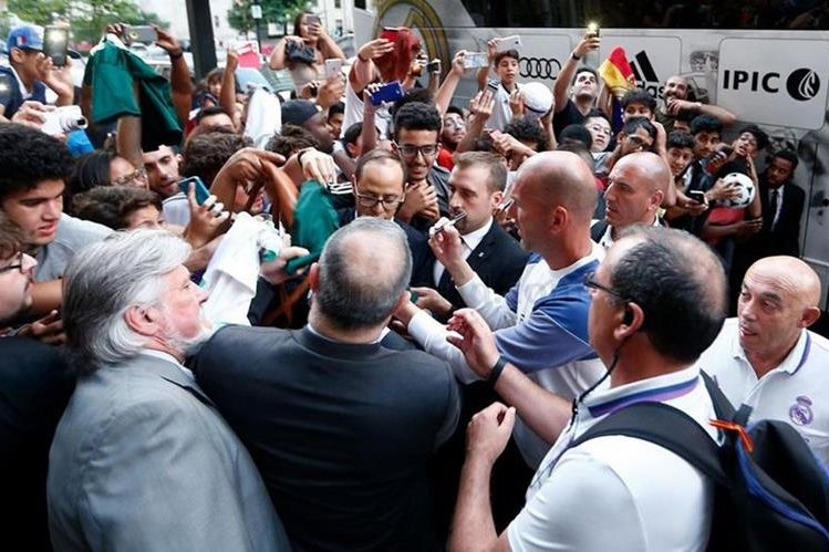 Zinedine Zidane, técnico del Real Madrid, firma autógrafos a sus seguidores. (Foto Prensa Libre: Real Madrid)