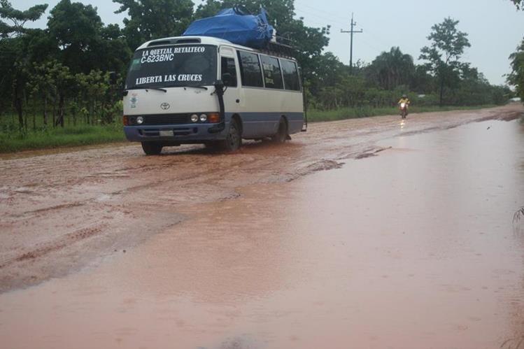 Un piloto de microbús transita hasta cuatro veces al día por la ruta llena de baches. (Foto Prensa Libre: Rigoberto Escobar)