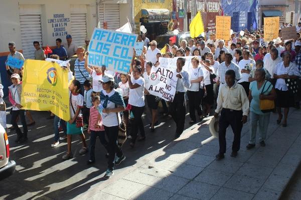 <p>La marcha empezó frente a la parroquia de Jutiapa. Los feligreses recorrieron la calzada 15 de Septiembre hasta llegar al Centro Pastoral, ubicado en el km 118 de la ruta Interamericana. (Foto Prensa Libre: Óscar González)<br></p>