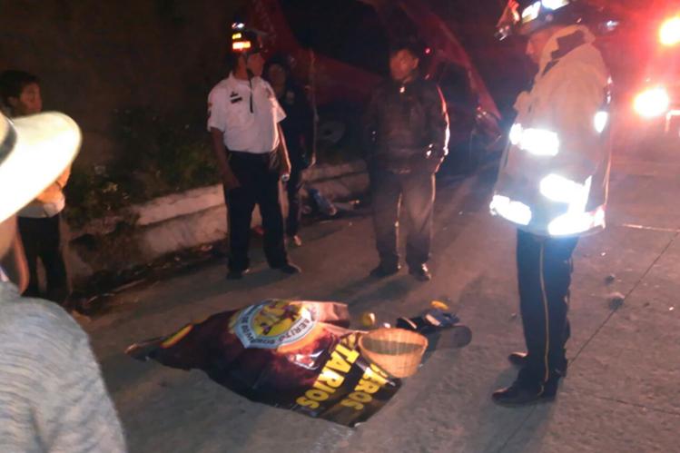 Bomberos Voluntarios intentaron salvar la vida de la bebé, pero ya había fallecido por la gravedad de los golpes. (Foto Prensa Libre: Ángel Julajuj)