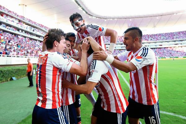 Jugadores de Chivas celebran en el estadio Omnilife de la ciudad de Guadalajara. (Foto Prensa Libre: EFE )