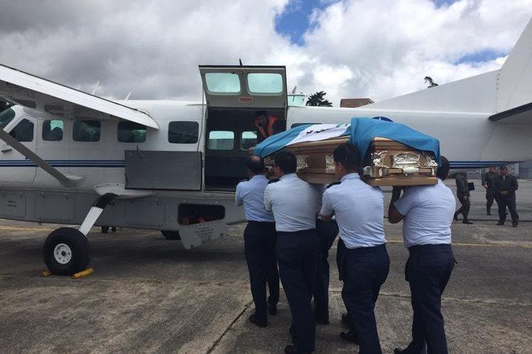 Féretro con los restos del soldado Julio Luis Ortíz Ordoñez es trasladado hacia Retalhuleu. (Foto Prensa Libre:)
