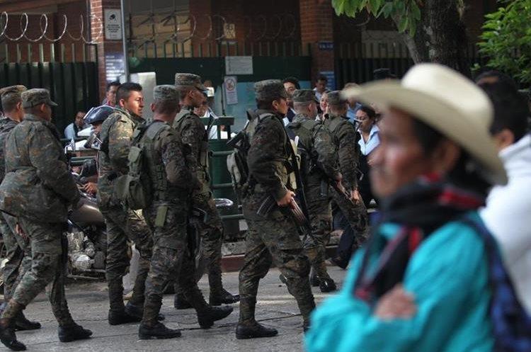Elementos del Ejercito de Guatemala cuidan los alrededores.