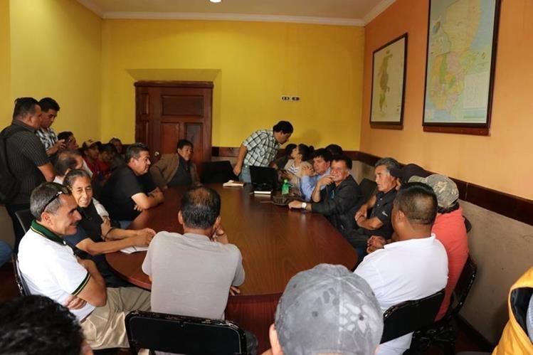Los transportistas de Quiché se reunieron en gobernación departamental, para analizar el tema daños en carreteras. (Foto Prensa Libre: Héctor Cordero)