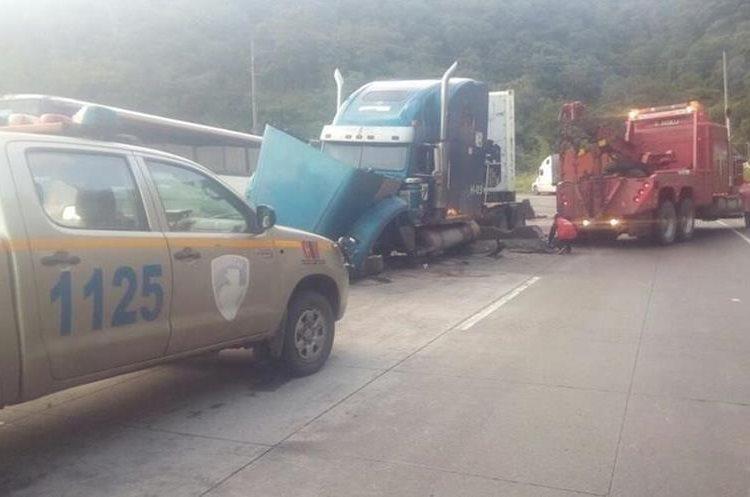 Para movilizar el trailer fue necesario detener el tránsito en sentido oriente. (Foto Prensa Libre: Provial)