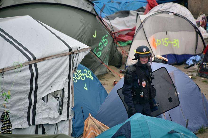 Unos ocho mil refugiados, se calcula, vivían en el campamento de CAlais. (Foto Prensa Libre: AFP).