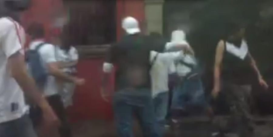 Imagen del vídeo que muestra a los aficionados en la Antigua Guatemala (Foto Prensa Libre: Twitter)