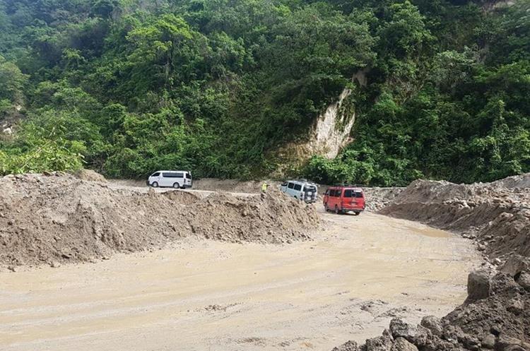 El cerro Lec siempre da problemas durante el invierno, según pobladores. (Foto Prensa Libre: Ángel Julajuj)